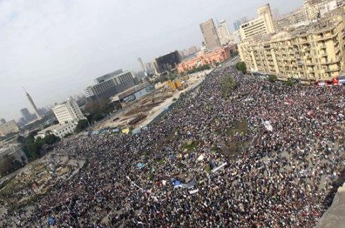 Bir milyondan fazla kişi Kahire'de Tahrir meydanı ve çevresini doldurdu [AFP]