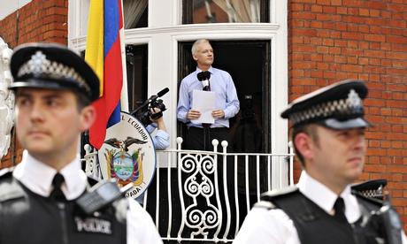 WikiLeaks kurucusu Julian Assange batı Londra'da Ekvador büyükelçiliğinin dışında bulunan medyayla konuşuyor, Ağustos 2012. Fotoğraf: Olivia Harris/Reuters