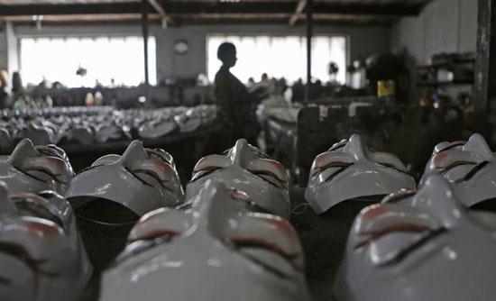 Brezilya'da bir fabrikada işçiler Anonymous'un kullandığı Guy Fawkes maskelerini üretiyor. Fotoğraf: Reuters